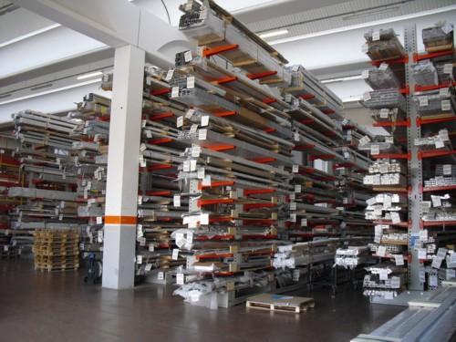 Cantilever per lo stoccaggio di profili in alluminio