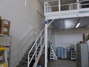 Soppalco in Carpenteria - Struttura metallica in acciaio componibile adibita allo stoccaggio di magazzino per azienda operante nel settore dei servizi con scala